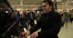 Amikor egy profi zenész leül a bevásárlóközpontban levő nyilvános zongorához
