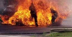 Egy lángoló Toyota RAV 4 oltása közben felrobbant az üzemanyagtartálya