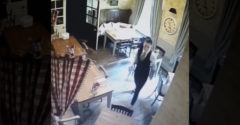 A hideg futkos az ember hátán a biztonsági kamera felvételeitől. A pincérnőt egy kislány szelleme figyeli hátulról