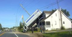 A háztetőn parkolt le a teharautójával
