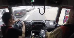 Így lavíroznak a tűzoltók az autók között vészhelyzet esetén