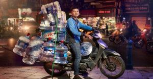 Így szállítanak Hanoi motoros futárjai