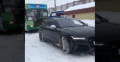 Elakadtál a hóban haver? Várj, majd én kihúzlak. (Audi RS7 és egy autóbusz)