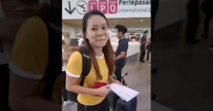 A barátnője nyomtatta ki neki a beszállókártyáját. Az ellenőrzésnél egy kicsit hülyének nézték