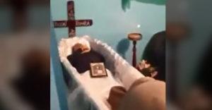 Egy nagyon furcsa temetés. Valószínűleg nem nagyon szerették az elhunytat