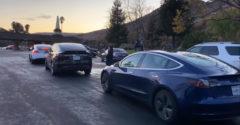 Az ünnepek körüli tömeges vándorlás során videózta le a Tesla feltöltésének nehézségeit. (Hosszú várakozás)