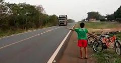 A kisfiú az ötletével felfordított egy kamion. A sofőr hagyta magát rászedni egy kis játékra