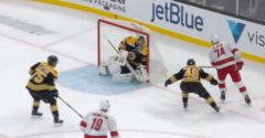 A jégkorongkapus egy különös gól miatt reklamál. Biztos volt benne, hogy ott nem mehetett át a korong