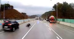 Jégpályává változott az autópálya. A férfit többször is meglegyintette a halál szele a tömeges ütközéseknél