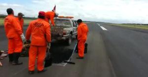 Hiba a szervezésben. A pálya karbantartók keményen melóztak a leszállópályán, amikor leszállt mellettük egy repülőgép