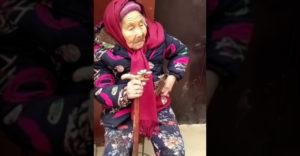 A 107 éves anyuka édességet ad a lányának