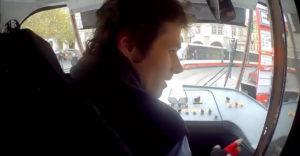 A villamos vezetője segített a rémült kisfiúnak megtalálni a szüleit (Prága)