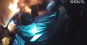 Az utolsó pillanatban mentették ki a rendőrök az égő autóba beszorult sofőrt