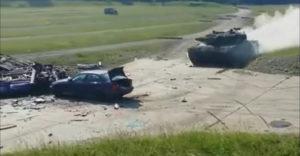 Mi történik az autóval, ha keresztülmegy rajta egy száguldó tank?