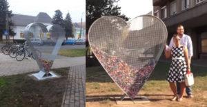Fémből készült szívek bukkantak fel a tereken országszerte. De nem díszítésként szolgálnak