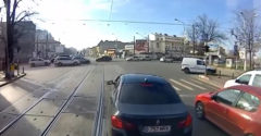 Egy román villamosvezető a lehető legegyszerűbben kezelte a pofátlan BMW-st