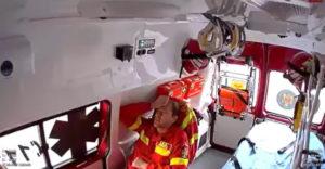 Amikor a mentőautó legénysége magasról tojik a biztonságra (Repültek egyet)