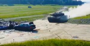 A BMW egy száguldó Leopard II harckocsi áldozatává vált. Mi marad belőle?