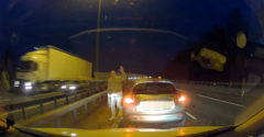 Az autópálya kellős közepén állt meg a kocsijával. A megállás oka megérne egy látogatást egy pszichiáternél