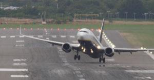Az utolsó pillanatban szakították meg a pilóták a landolást. Erős oldalszéllel küzdöttek