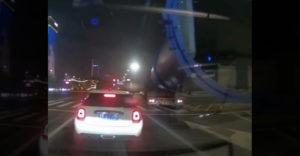 A nagyméretű szállítmányt szállító sofőr csak ment tovább az útján. Még a hangos félperces dudaszó sem segített