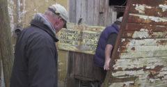 Az autós kincsekre vadászó férfi egy faluban elhagyatott klasszikus sportkocsikkal teli helyre bukkant