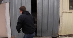 A pajta lecsavarozott ajtaja mögött egy értékes 70 000 dollárt érő sportkocsi rejtőzött