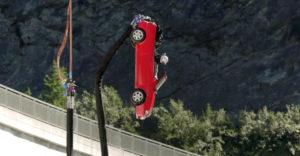 Autóval ugrottak bungee jumping ugrást egy gát tetejéről