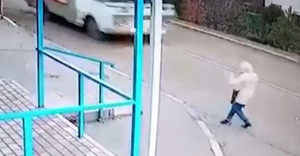 A halál torkából menekült meg a nő! Majdnem átment egy autóbusz a fején