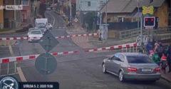 Tilos jelzésnél, lezárt sorompónál vezették át az óvónők a síneken az óvodásokat Csehországban
