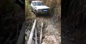 Egy vékony faoszlopon hajtott át a leomlott út felett a profi sofőr