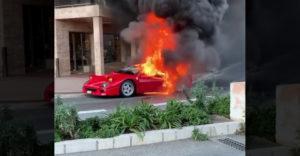 Kiégett egy ultraritka F40-es Ferrari Monacóban. Egy férfi a balkonról próbálta meg eloltani