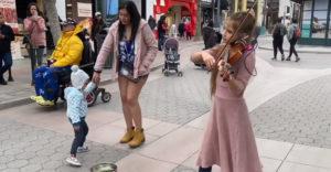Tökéletes utcai előadást mutatott be a fiatal lány. Egy Queen slágert hegedült el. (Óriási tehetség)