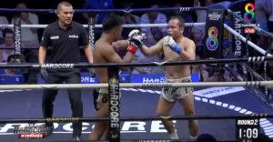 A gyorsan reagáló bíró megmutatta professzionalitását. Tompította a kiütött bokszoló esését.
