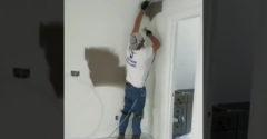 A profi bemutatja, hogyan lehet a sarkokat gyorsan, pontosan és egyszerűen kifesteni.