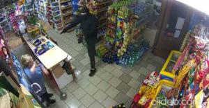 Sikertelen rablás! A pisztoly és a mop párbaját az idős pénztáros néni nyerte meg