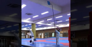 Ezt még egy gyerek is lerúgná, tartsd azt a kék deszkát magasabbra (repülő taekwondo-s)