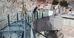 Horvátországban 1228 méteres magasságban építettek egy üveghidat. Lélegzetelállító kilátást nyújt a dalmát tengerpartra
