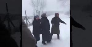 A vidám nénik eljöttek, hogy kihívják a barátnőjüket (Mint fiatalkorukban)