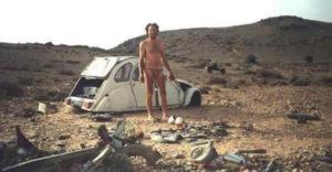 1993-ban a sivatag közepén robbant le az autója. Hogy túlélje, 12 nap alatt egy motort épített belőle