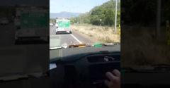 A teherautó feltartotta őket a gyorsabb sávban. A srácok intelligens előzést mutattak be ausztrál módon