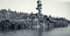 A kapitány bravúros ötlete mentette meg őket. A holland hajó szigetnek álcázta magát, hogy eltűnjön a japánok elől.