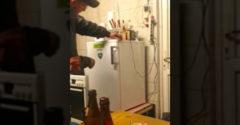 Fogadjunk, hogy nem nyitod ki ezt a hűtőszekrényt. (Nem bírtak kiröhögni magukat)