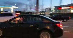A dühös sofőr a kocsi ablakán kihajolva ordítozott. A karma gyorsan utolérte