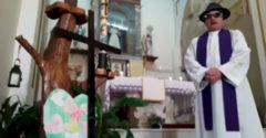 Élőben közvetíti a pap az online misét. Véletlenül mókás filtereket is bekapcsolt a videóban