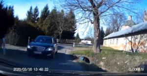 Hogyan egy pofátlan fickó Mercedesszel fölösleges problémát okozni. (Komplikáció a szűk úton)