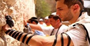Tudod, hogy mit  jelentenek azok a fekete bőrszíjak, amelyeket a zsidók az alkarjukra tekernek?