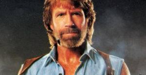 Chuck Norris most ünnepelte a 80. születésnapját. Vagy az ünnepelte őt?