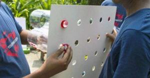 Egy kartonlapba lyukakat vágott, amelyekbe műanyag palackokat erősített. Hogy ez mire volt jó?