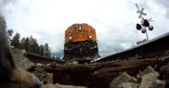 Hogyan viselkednek a sínek egy 120 km/h sebességgel haladó vonat alatt? Egy GoPro kamerát tettek a közeledő vonat alá